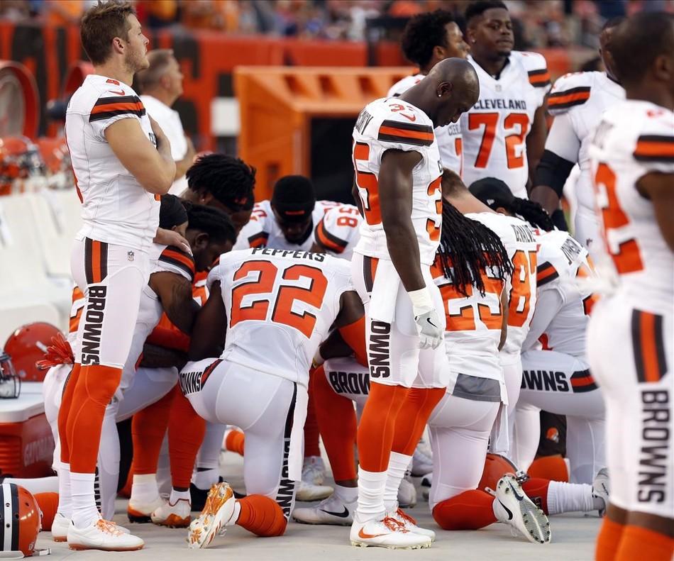 Los jugadores de la NFL protestan contra el racismo durante el himno nacional