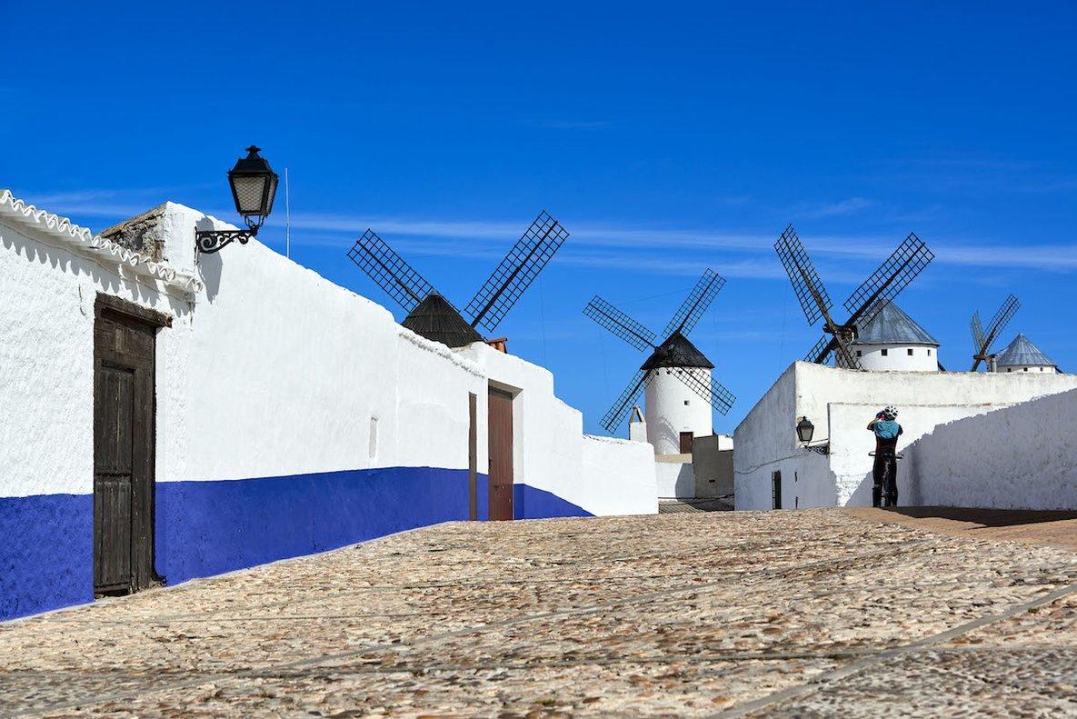 Los molinos de Campo de Criptana protagonizan una de las escenas más reconocidas de Don Quijote de la Mancha