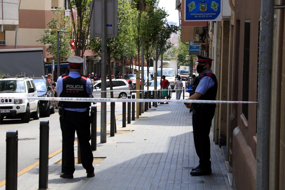 Los Mossos delante del edificio de Esplugues donde se encontró el cuerpo de la mujer, el pasado sábado