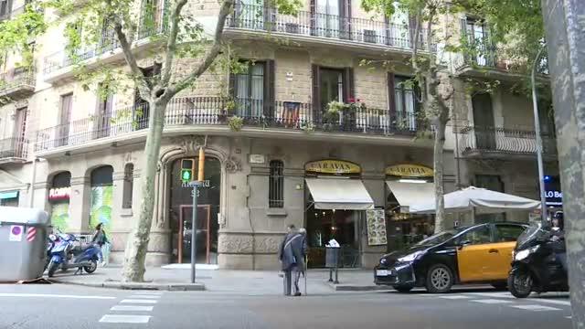 Investigan si la muerte del propietario de un bar del Eixample de Barcelona, cuyo cadáver ha sido hallado esta mañana.