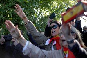 GRAF043. EL PARDO - MADRID, 24/10/2019.- Un grupo de personas se concentran en el acceso del cementerio de El Pardo-Mingorrubio a donde este jueves serán trasladados desde el Valle de los Caídos los restos del dictador Francisco Franco para su reinhumación. EFE/David Fernández