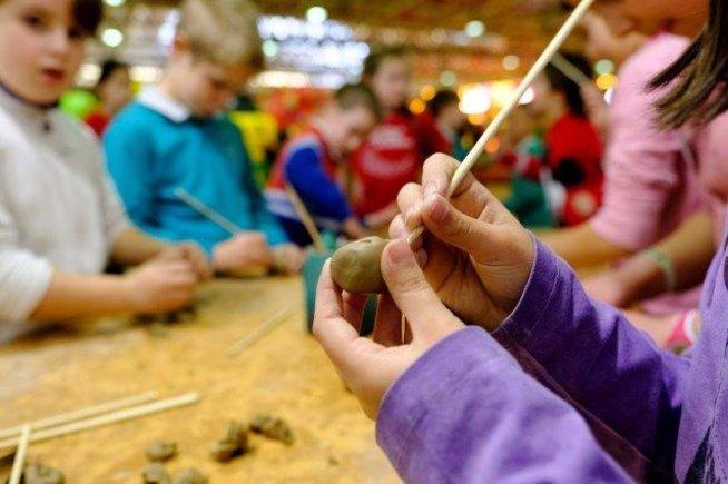 Los talleres de manualidades, una de las actividades incluidas en la Feria de Navidad de Cornellà