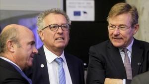 Luis de Guindos (izquierda), junto a sus homólogos de Luxemburgo y Bélgica.