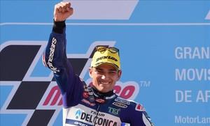El madrileño Jorge Martin (Honda) celebra su victoria, en Motorland, que lo coloca, destacado, al frente del Mundial de Moto3.