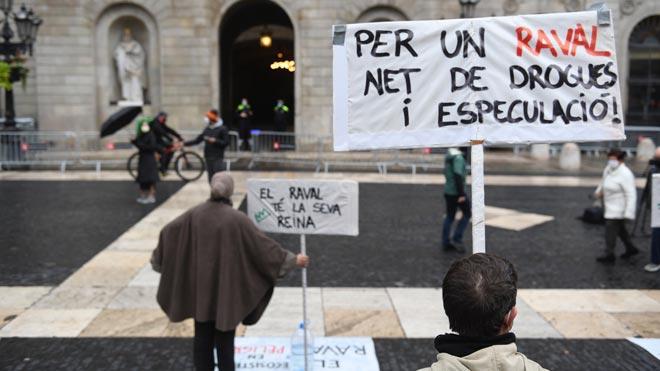 Manifestación en la plaza de Sant Jaume contra la narcoespeculación en el Raval.