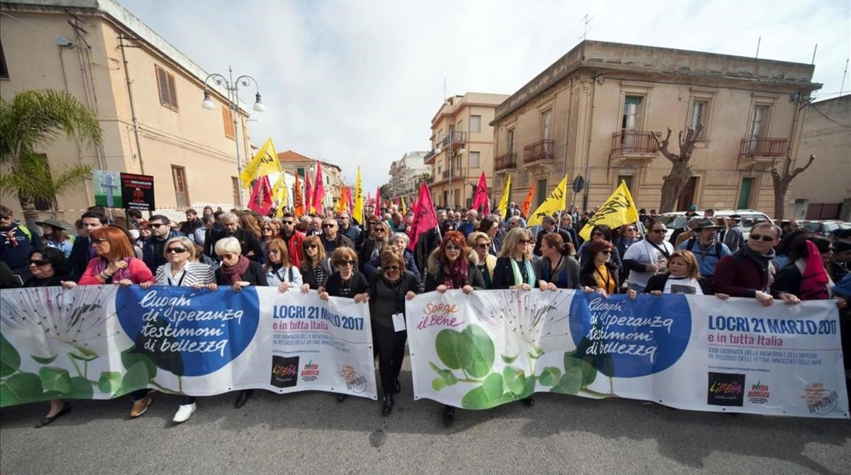 Manifestantes protestan contra la mafia en Locri (Italia), el 21 de marzo.
