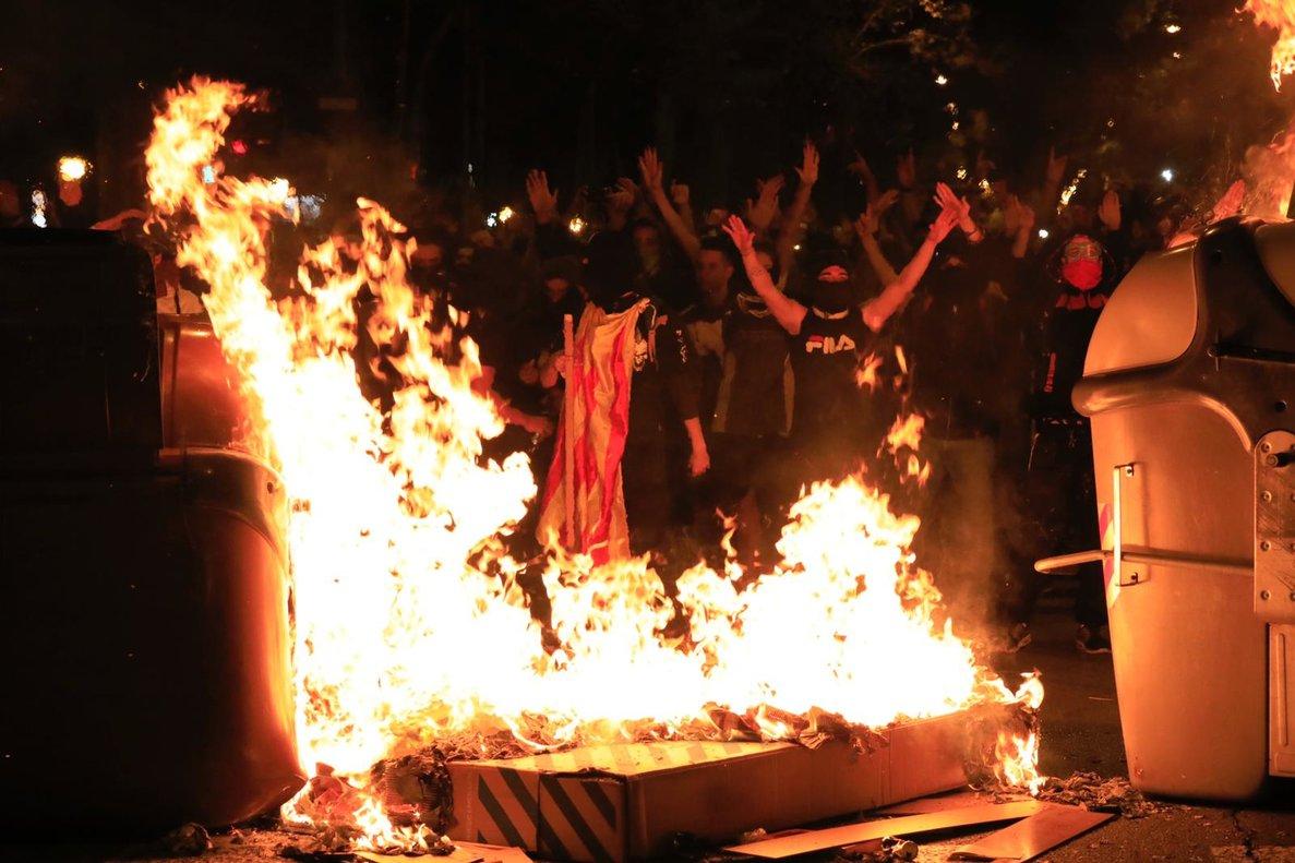 Manifestantes quemando contenedores.