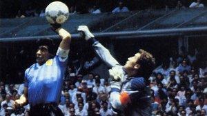 Maradona sueña con repetir 'la mano de Dios' ante Shilton, pero esta vez con la derecha.