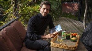 Marc Clotet se relaja en su casa saboreando un 'hummus' de 'crudités', una minilata de Heineken y un buen libro.