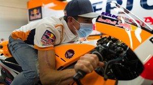 Marc Márquez, subido hoy en su Honda, y mostrando a cicatriz de su brazo.