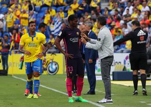 Marlon habla con Luis Enrique durante el partido.