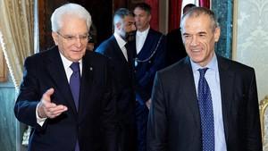 El presidente italiano, Sergio Mattarella (derecha) junto aCarlo Cottarelli en el Palacio del Quirinal en Roma.