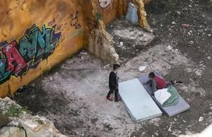 Un grupo de menores esnifa cola en un solar del barrio de la Ribera.