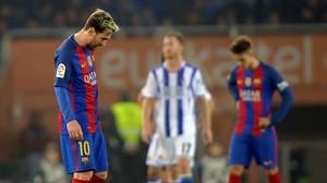 Messi se lamenta tras el empate del Barça en Anoeta.