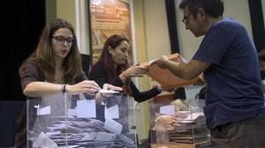 Miembros de una mesa electoral durante el recuento de votos tras el cierre de los colegios en los comicios del 26-J del 2016.
