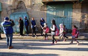 Miembros de una oenege palestina realizan las labores de observadores despues de que Netanyahu expulsara a los monitores internacionales,en Hebron.