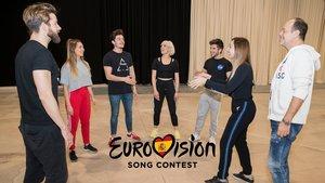 Miki, Mamen Márquez, Fokas Evagelinos y los artistas que le acompañarán en el escenario de Eurovisión 2019.