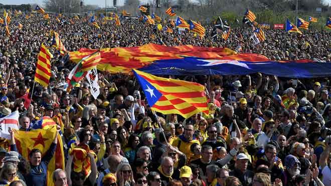 Miles de personas participan en el acto del Consell per a la República en Perpinyà.