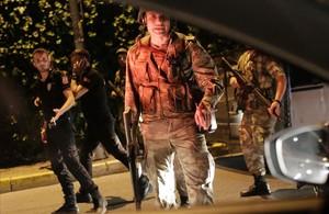 Militares turcos detienen a policías turcos en los accesos alpuente del Bósforo en Estambul.