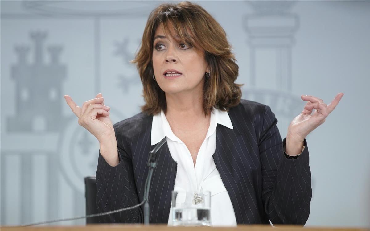 La ministra de Justicia, Dolores Delgado, ha intervenido en la rueda de prensa celebrada tras el Consejo de Ministros para explicar la decisión de la exhumación de Franco.