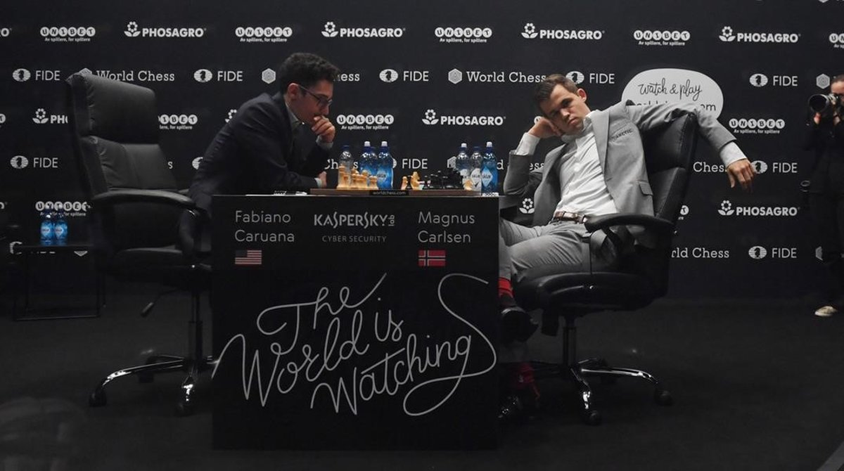 El estadounidense Caruana (izquierda) y el noruego Carlsen, durante la octava partida del Mundial de ajedrez.