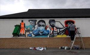Un artista pinta un mural de apoyo al sistema nacional de salud en la localidad inglesa de Marske-by-the-Sea.