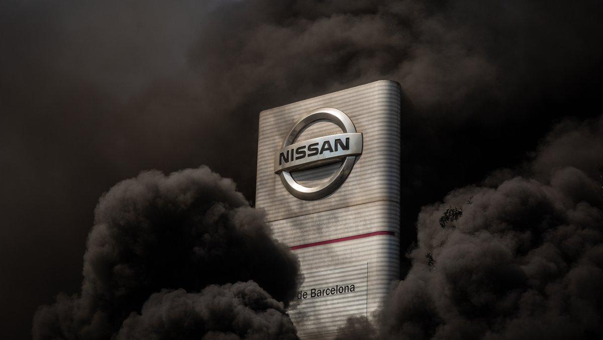 Trabajadores de la planta de producción de Nissan en Barcelona queman neumáticos en el exterior de la fábrica en la Zona Franca el día en el que fabricante japonés de automóviles, como parte de su nuevo plan estratégico a medio plazo, ha decidido cerrarla. El cierre supondrá el recorte de los cerca de 3.000 puestos de trabajo directos con los que cuenta la instalación. En Barcelona, Cataluña (España), a 28 de mayo de 2020.