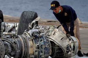 Un oficial indonesio examina el motor de una turbina del vuelo de Lion Air en Yakarta, Indonesia