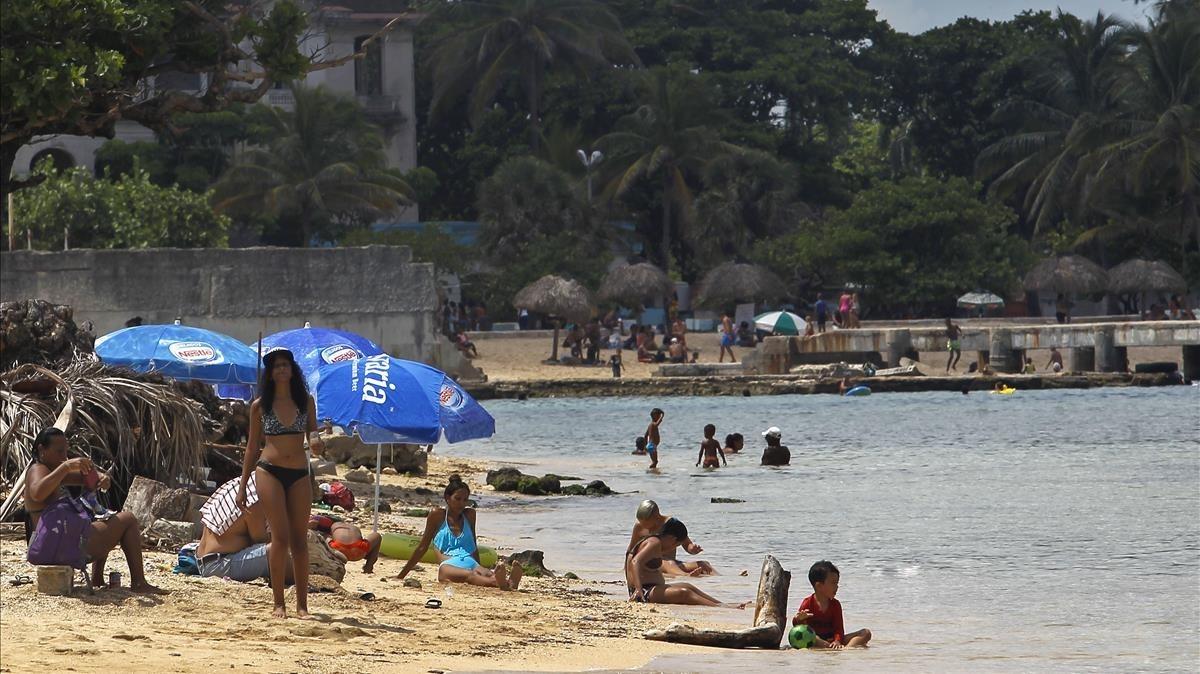 Bañistas disfrutan de un día de playa en La Habana.