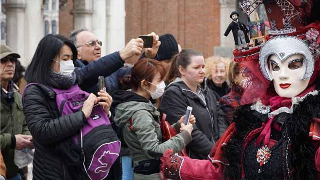 La OMS alerta de una posible pandemia por el coronavirus. En la foto, turistas en Venecia.