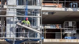Operarios en un bloque de pisos en construcción en Terrassa, en una imagen de archivo