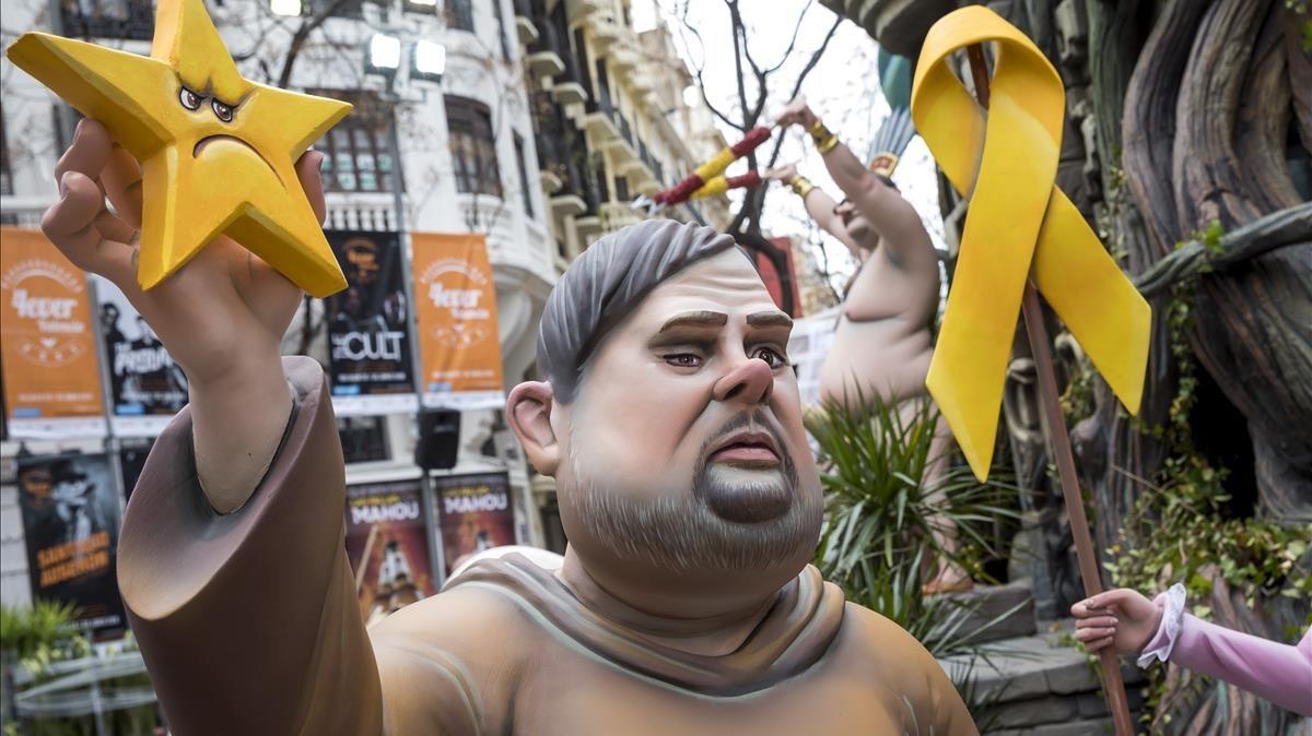 Oriol Junqueras junto a un enorme lazo amarillo de libertad presos políticos
