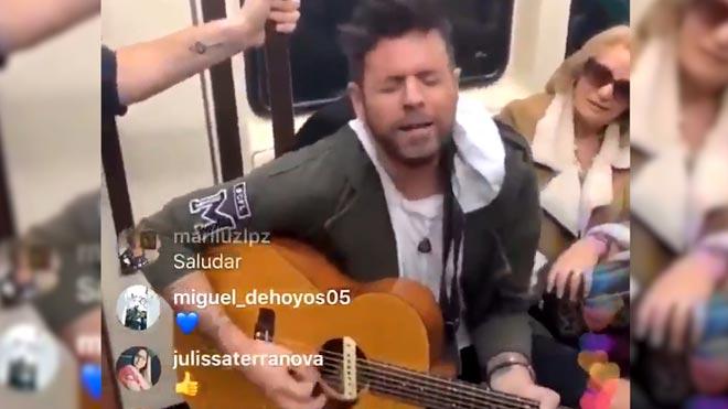 Pablo López actúa por sorpresa en el metro de Madrid con Andrés Martín, su finalista de 'La Voz'.