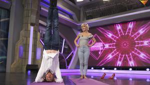 Pablo Motos, haciendo yoga con Elsa Pataky en 'El hormiguero'.