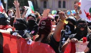 Participantes en la marcha del Día Internacional de la Mujer, en Santiago de Chile.