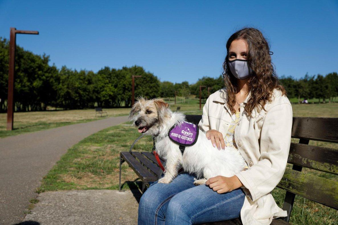 """Paula Castaño y su perra """"Fibi"""", en el parque de Los Pericones, en Gijón"""