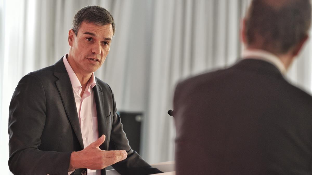 Pedro Sánchez y Enric Hernàndez, durante la conversación, en la tribuna de oradores.