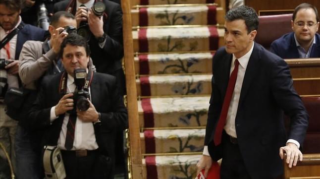 Pedro Sánchez se dispone a subir a la tribuna de oradores en el segundo debate de su investidura.