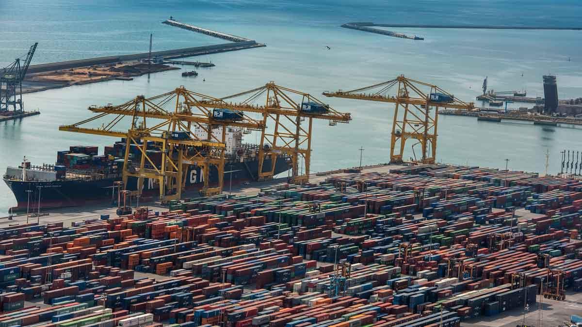 El PIB frena su avance trimestral al 0,5% y su tasa anual al 2,3%. En la foto, el puerto de Barcelona.