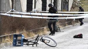 La policía ha acordonado el área fuera de la estación de metro Varby Gard, al sur de Estocolmo, donde dos personas resultaron heridas por algún tipo de explosivo en Estocolmo.