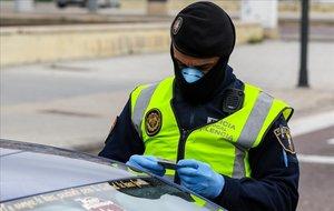 Un policía de Valencia, protegido frente al coronavirus.