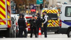 Policías franceses, ante la Prefectura de policía en París, este jueves.