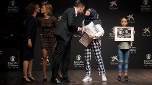 Los periodistas de EL PERIÓDICO María JesúsIbáñez y Guillem Sànchezrecogen el premio de Save The Children este martes por la noche en Madrid.