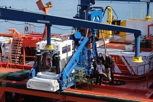 Preparación del robot submarino ROV Comanche en la cubierta del Clara Campoamor.