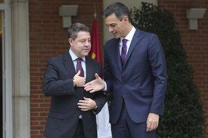 El presidente del Gobierno, Pedro Sánchez, recibe al presidente de Castilla-La Mancha, el socialista Emiliano García-Page, el 15 de octubre de 2018 en la Moncloa.