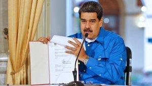El presidente venezolano, Nicolás Maduro, muestra un documento durante un discurso ante la nación.