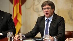 """Puigdemont califica de """"barbaridad"""" que la fiscalía del Estado impute a 712 alcaldes"""