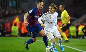 Un clásico singular: Rakitic fue el mediocentro del Barça y Modric empezó de suplente en el Madrid.