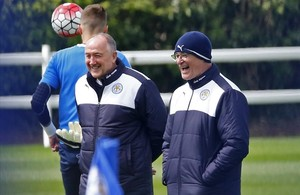Ranieri (con gorro) ríe feliz en el entrenamiento del Leicester tras ganar la Premier.