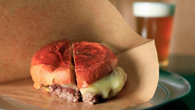 La receta de la hamburguesa deRafa Peña en elBar Torpedo.